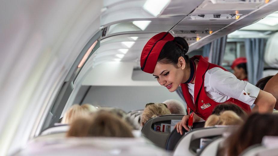 Oto, czego lepiej nie robić na pokładzie samolotu. Stewardesa radzi
