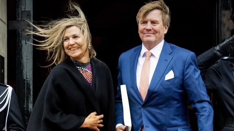 Holenderskiej parze królewskiej zrobiono wczoraj zdjęcia, na których widać, że oboje ewidentnie przegrali walkę z wiatrem...