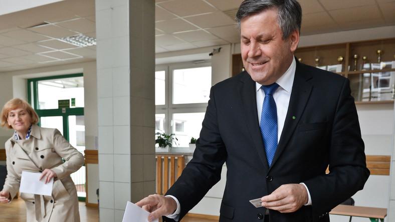 Wicepremier, lider PSL Janusz Piechociński z żoną Haliną, głosują w lokalu wyborczym w Nowej Iwicznej