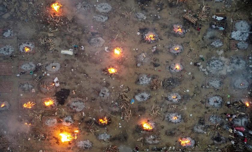 Przerażające zdjęcia z Indii. Tak, te ogniska to są... stosy z ludzkimi ciałami.