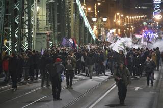 Węgrzy nie chcą 'ustawy niewolniczej'. Doszło do przepychanek z policją