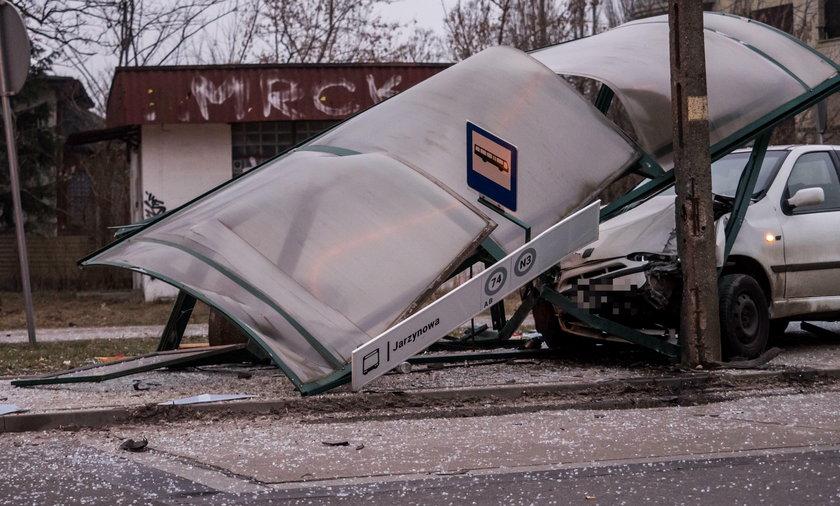 Kierowca fiata wjechał w przystanek autobusowy przy ul. Srebrzyńskiej w Łodzi