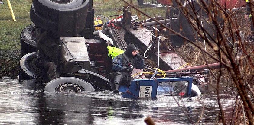 Tir wpadł do rzeki, zginął kierowca. Nowe fakty