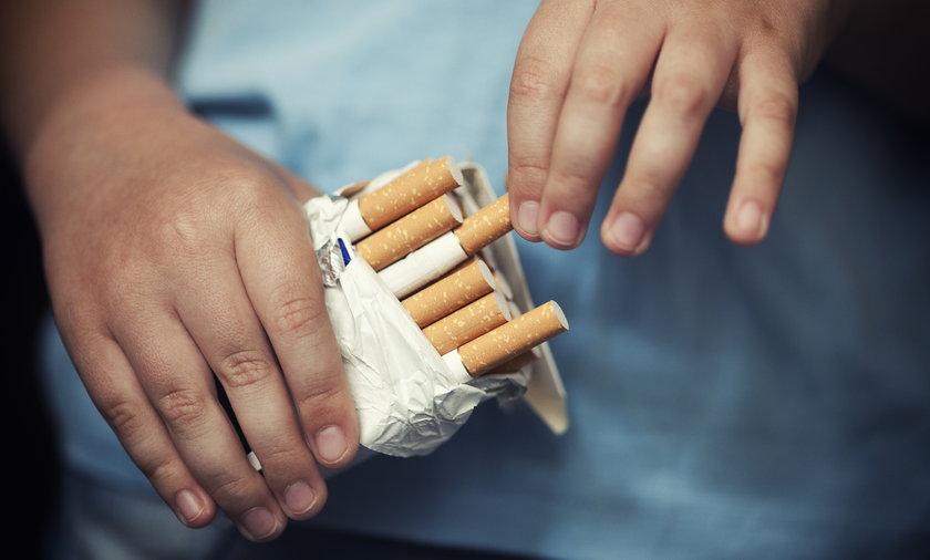 dziecko z papierosem
