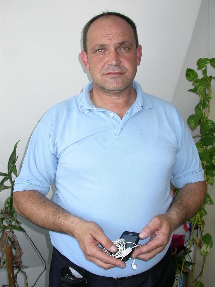 638329_nis01-vozac-zoran-krstic-sa-nadjenim-telefonom-foto-branko-janackovic