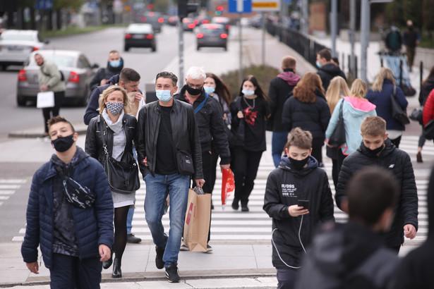 Ponadto od soboty w całym kraju będzie obowiązek zakrywania nosa i ust wyłącznie maseczką.