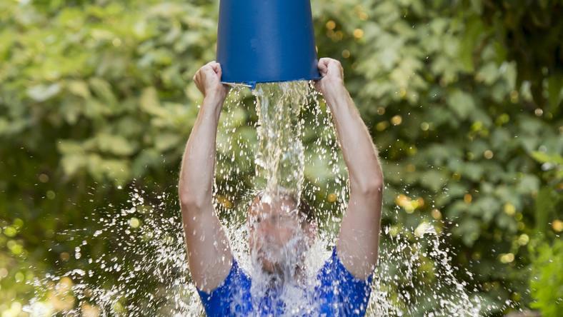 Aby budować świadomość społeczną dotyczącą stwardnienia zanikowego bocznego powstała akcja Ice Bucket Challenge. Polega na tym, że jej uczestnik wylewa sobie na głowę zimną wodę oraz wpłaca pieniądze na konto organizacji działających na rzecz chorych na ALS (m.in. opracowujących kuracje neurologiczne). Wskazuje także trzy kolejne osoby, które powinny wziąć udział w akcji w czasie 24 godzin od nominacji
