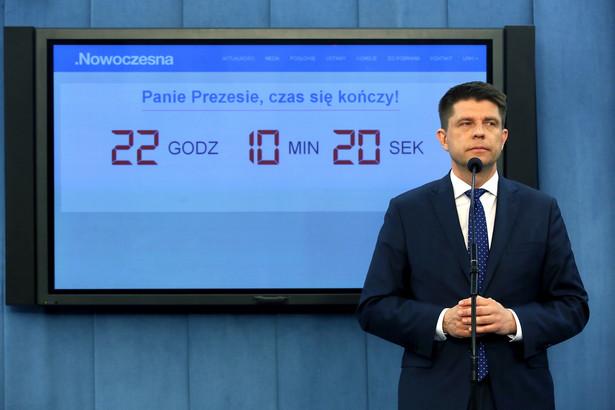 Petru pytany, dlaczego nie klaskał po zakończeniu orędzia prezydenta, powiedział, że trudno mu było klaskać po takim przemówienie w kontekście jaki mamy obecnie
