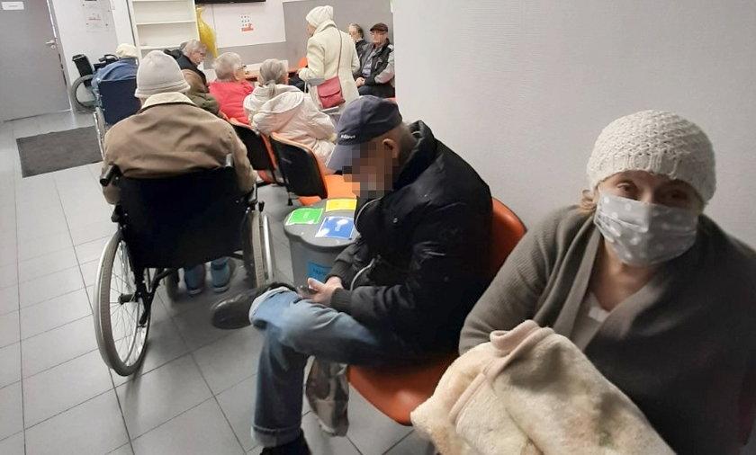 """Tłumy w Szpitalu Bielańskim. """"Pacjenci są narażani na wielkie niebezpieczeństwo"""""""