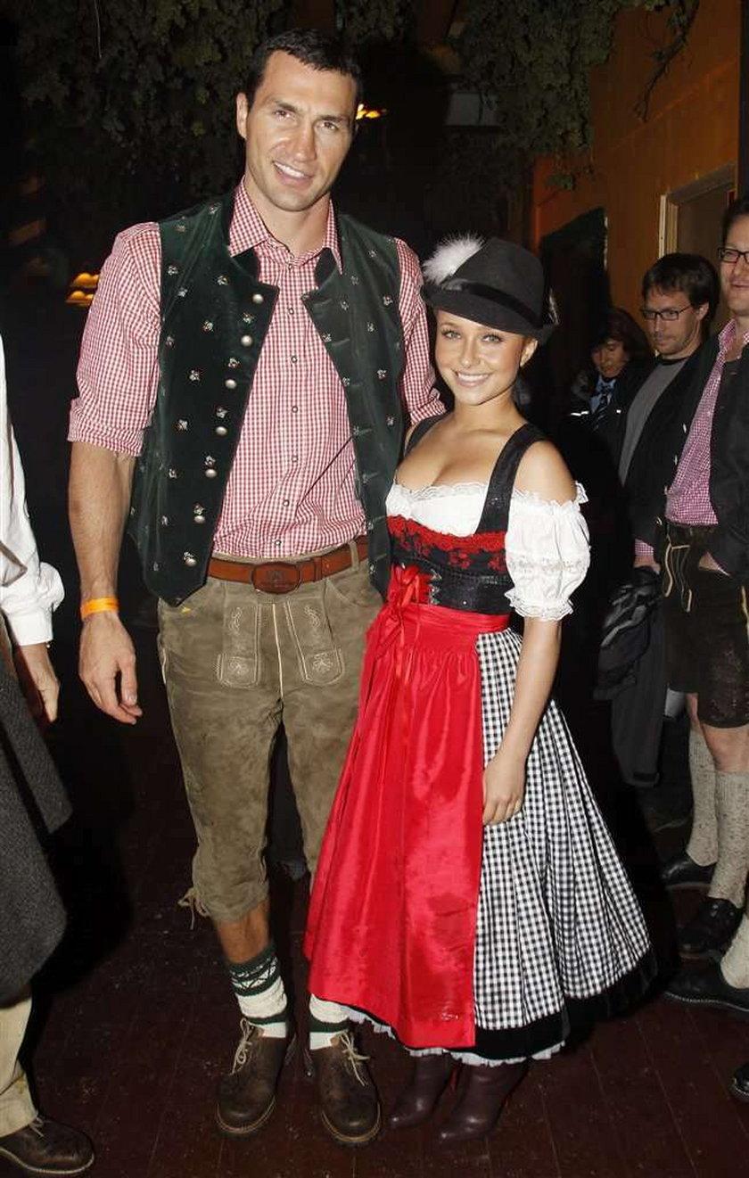 Lolitka pokazuje piersi na Oktoberfest. Foto