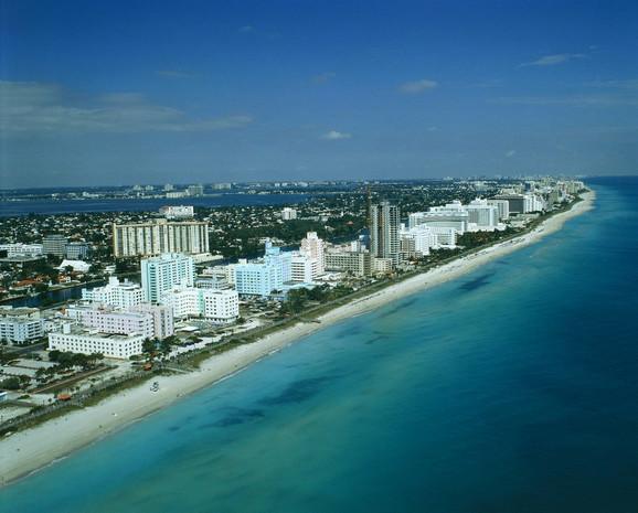 Grad prepoznatljiv po belim građevinama i tirkiznom okeanu