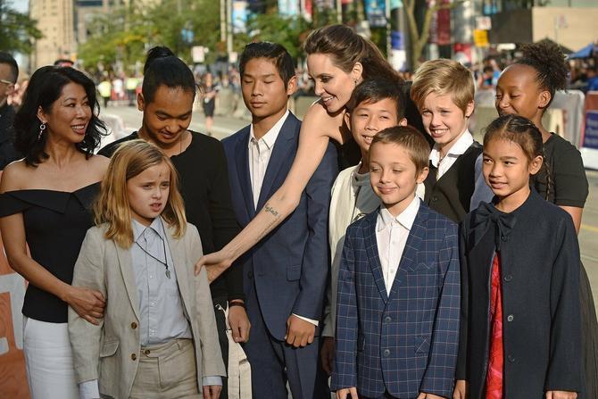 Deca i Anđelina: na slici sa glumicom je i njena prijateljica Luong Ung, čiji su ratni memoari poslužili za pisanje scenarija, kao i devojčica Sareum Srej Moč, koja igra u filmu
