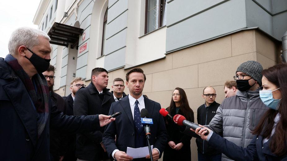 Krzysztof Bosak w czasie konferencji prasowej w Kielcach