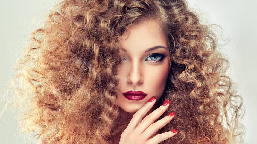 Falowane I Kręcone Włosy To Najmodniejsza Fryzury Wykonasz