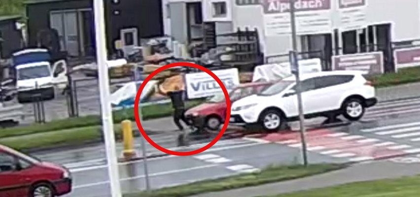 To nagranie mrozi krew w żyłach! Samochód wjechał w pieszego na pasach