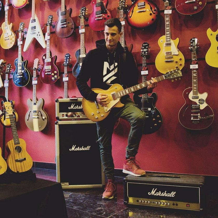 Nie tylko Żyła nieźle gra na gitarze – Maciej Kot też świetnie radzi sobie z tym instrumentem