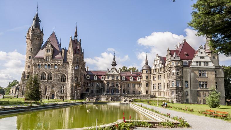Moszna. Zamek w Mosznej, w województwie opolskim, to widok zapierający dech w piersiach. Pierwsza myśl jaką budzi to Harry Potter i szkoła czarodziei. To perełka architektury, pięknie i ze smakiem odrestaurowana, w której majestatyczne i przestrzenne komnaty urządzone w królewskim stylu czekają na gości. Zamek posiada 99 wież i 365 pomieszczeń, otacza go rozległy park z kilkusetletnimi dębami i lipami. Jedna z legend głosi, że w miejscu, w którym stoi niegdyś swoją siedzibę miał Zakon Templariuszy. Zamek można nie tylko zwiedzać, można również w nim spać. W swojej bogatej ofercie posiada przepiękne apartamenty i odnowę bilogiczną, a także nietuzinkowe atrakcje dla najmłodszych, jak choćby letnia szkoła magii i czarodziejstwa, inspirowana przygodami Harry'ego Pottera, Hermiony Granger i Rona Weasley'a. To trzeba zobaczyć!