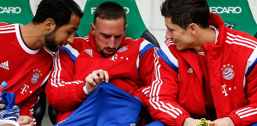 Lewandowski zagląda koledze do majtek!