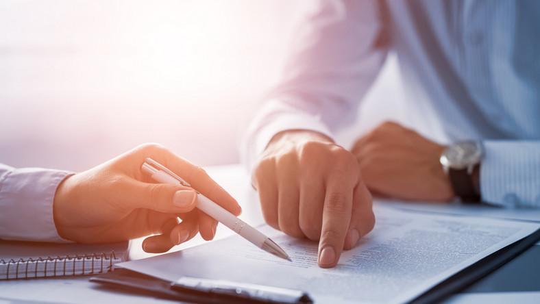 praca biuro umowa dokumenty świadectwo pracy fot. shutterstock