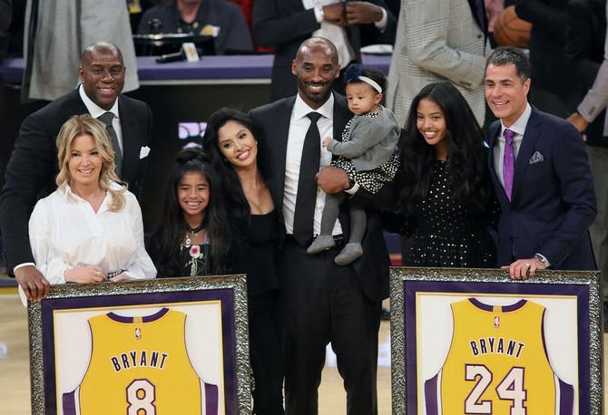 Džini Bus, Šakil O Nil, Kobi Brajant sa suprugom i ćerkama i Rob Pelinka na dan kada se Brajant oprostio od dresova LA Lejkersa 2017. u Los Anđelesu