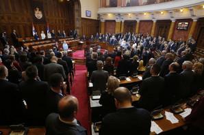 Srpski poslanici PSUJU, PRETE, VREĐAJU i ne pada im na pamet da se dovedu u red iako ih i EU NA TO TERA
