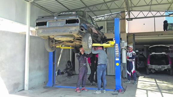 Sami pripremaju automobil za trke u Čačku