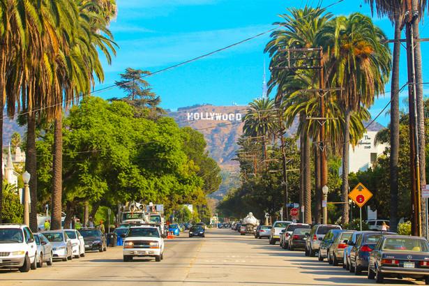 Hollywood Hollywood to dzielnica Los Angeles i serce amerykańskiego przemysłu filmowego. Słynna Aleja Sław (Hollywood Walk of Fame) na bulwarze liczy już ponad 2600 pięcioramiennych gwiazd, upamiętniających znane osobistości świata show-biznesu (swoje gwiazdy ma również kilkanaście fikcyjnych postaci oraz Disneyland).
