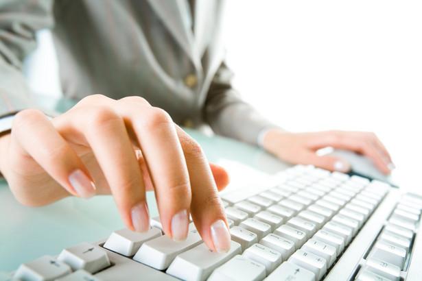 Kobieta pracująca na komputerze. Fot. Shutterstock