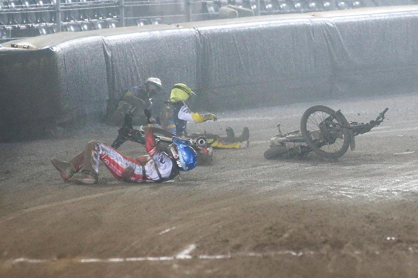 Zamiast planowanych 44 wyścigów, ostatecznie tegoroczny finał Speedway of Nations przerwano po wypadku Fredrika Lindgrena (35 l.), Olivera Berntzona (27 l.) i Szymona Woźniaka (27 l.) w 15. wyścigu, a medale rozdano na podstawie wyników po 14. biegu.