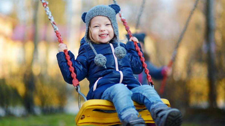 Dziecko na huśtawce, jesienny spacer