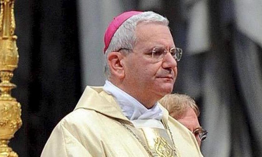 Biskup Bergamo na północy Włoch Francesco Beschi.