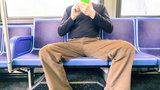 Kobiety znalazły sposób na rozkraczonych mężczyzn w autobusach