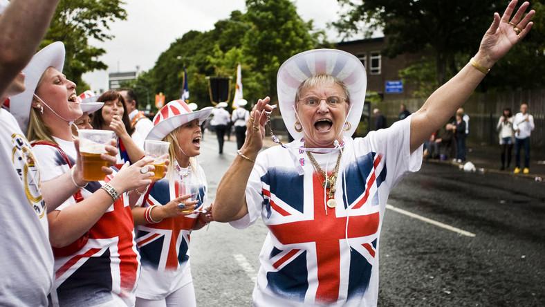 Co roku północnoirlanddzy  lojaliści urządzają marsze, które maja podkreślić ich przywiązanie do brytyjskiej korony. Obchody te są często żródłem konfliktów z miejscowymi katolikami
