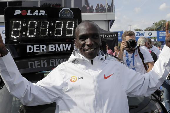 NOGE KAO PREVOZNO SREDSTVO Novi svetski rekorder u maratonu ima izuzetnu životnu priču
