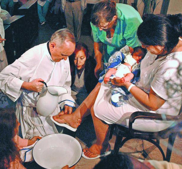 Kardynał Jorge Bergoglio myje stopy pacjentkom szpitala pożołniczego w Wielki Czwartek 2005 r. reuters/forum