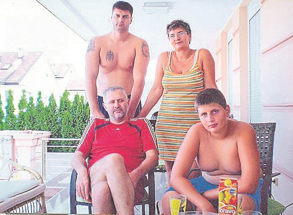 Mladi Nikola Jokić, sedi desno