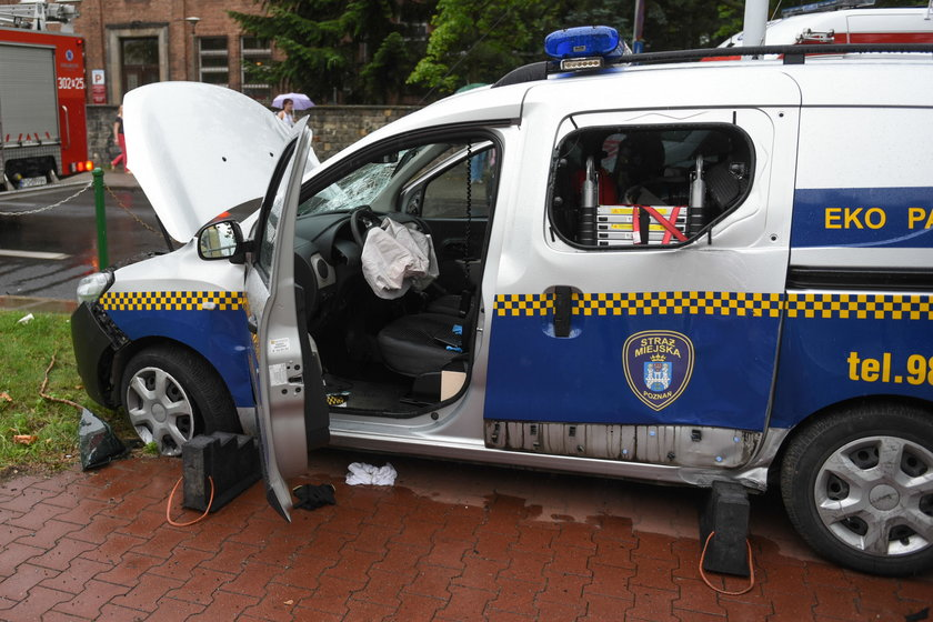 Strażnicy pędzili na sygnale przez miasto, spowodowali wypadek. Powód? Błahy