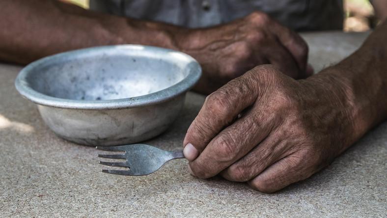 Dłonie starszego mężczyzny, posiłek