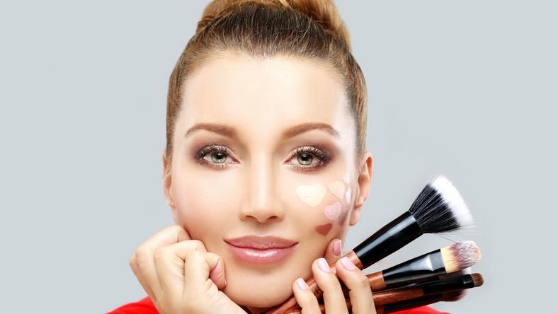 Makijaż może zmienić rysy twarzy.