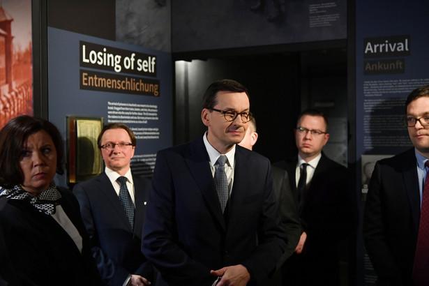 Mateusz Morawiecki z małżonką wraz kanclerz Niemiec Angelą Merkel wzięli udział w koncercie z okazji obchodów 75. rocznicy wyzwolenia niemieckiego nazistowskiego obozu koncentracyjnego Auschwitz-Birkenau