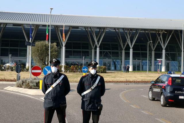 Italijanski policajci u blizini Padove sa maskama zbog straha od širenja koronavirusa