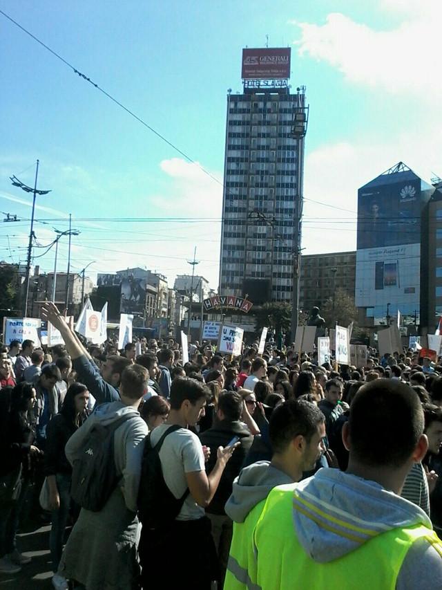 Studenti se okupili na Slaviji Foto: M.Jovićević Studenti su nezadovoljni usvojenim izmenama Zakona o visokom obrazovanju, a pre svega ukidanjem apsolventskog staža i manjim brojem ispitnih rokova.