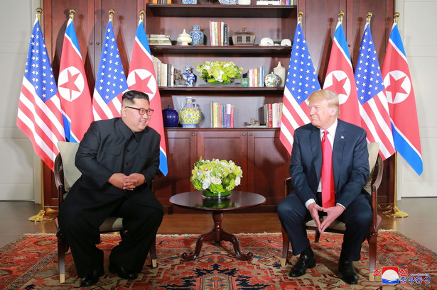 W Singapurze doszło do spotkania Donalda Trumpa i Kim Dzong Una, którzy zachowywali się jak przyjaciele