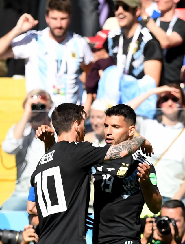 Serhio Aguero (desno) slavi gol protiv Islanda zajedno sa Mesijem