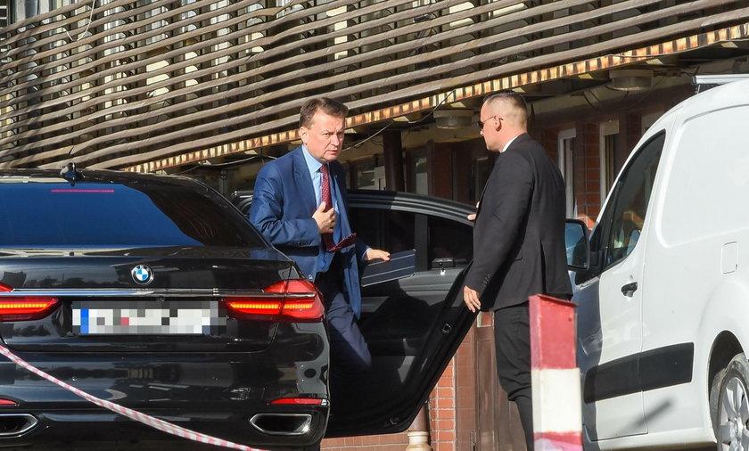 Szef MON Mariusz Błaszczak służbową limuzyną przyjeżdża do siedziby PiS na Nowogrodzkiej