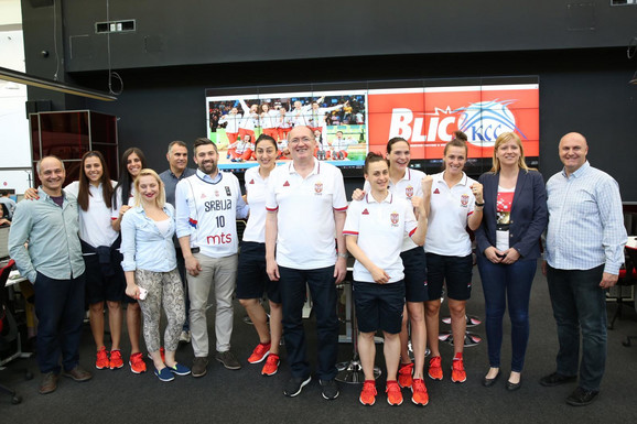 Košarkašice, stručni štab i delegacija KSS-a sa urednicima i novinarima