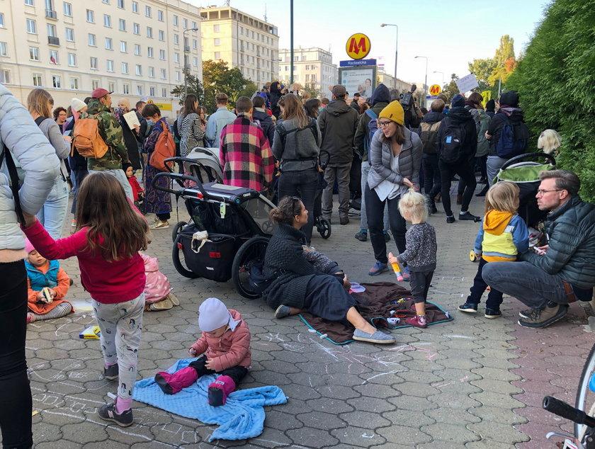 Rodzinny protest przeciwko wypychaniu uchodźców na granicy polsko-białoruskiej