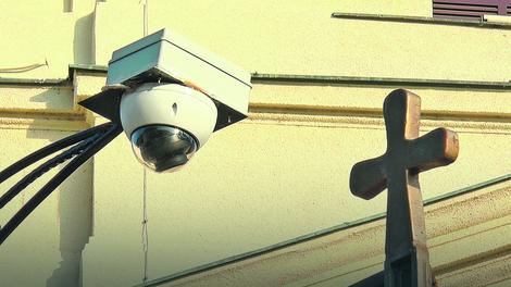 kamere su postavljene na obe kapije da bi sveštenstvo vodilo statistiku