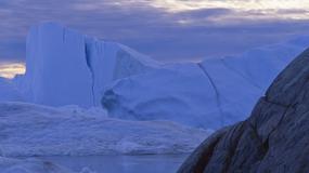 Gigantyczna góra lodowa płynie do Kanady