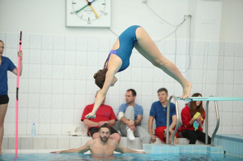 Monika Mrozowska skacze do wody